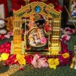 भगवान विष्णु के आठवें अवतार, कृष्ण को हिंदू धर्म में सर्वोच्च भगवान के रूप में पूजा जाता है।जन्माष्टमी के मौके पर बाल कृष्ण का पालना सजाने से लेकर घर के मंदिर को सजाने तक हर चीज़ घर में एक ख़ुशी और सकारात्मकता का भाव लेकर आती है। जन्माष्टमी उत्सव को अनोखा और आनंदमय बनाने के बहुत सारे तरीके हैं। इस लेख में जन्माष्टमी की सजावट के लिए कुछ ज़रूरी सुझाव दिए गए हैं।और कुछ चीजें हैं,जिन्हें आपको जन्माष्टमी कि सजावट करते समय नहीं भूलना चाहिए।साथ ही लेख में जन्माष्टमी उत्सव पर सजावट के महत्व पर विश्तृत विवरण किया गया है।