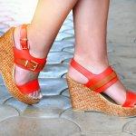 Sandal adalah salah satu jenis alas kaki yang banyak digemari. Beragam model dan jenis sandal kini bisa ditemui di pasaran. Kalau kamu ingin memilih sandal yang unik, kamu bisa jadikan sandal talincang sebagai pelengkap outfitmu!