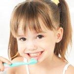 Sebagai orang tua hendaknya kita membantu anak merawat kesehatan gigi dan mulutnya sejak dini. Ini supaya kerusakan atau masalah gigi dan gusi bisa dihindari di kemudian hari. Sayangnya, mengajarkan anak tidak semudah itu. Anak kerap merasa bosan, menolak, dan bahkan memberikan berbagai alasan untuk tidak sikat gigi. Nah, cek tips untuk mengajarkan cara menggosok gigi kepada anak dalam artikel ini.