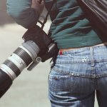 Dewasa ini fotografi menjadi hal yang banyak diminati dan siapa pun sebenarnya bisa menekuni dunia yang satu ini. Jika tertarik menjadi fotografer, ada baiknya simak beberapa tips dan peralatan dasar yang wajib dimiliki pemula berikut ini!