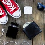 ポケットに入れて気軽に持ち運べる二つ折り財布は便利なツールであると同時にファッションの一部としても活躍するアイテムです。自分スタイルの装いを楽しみ始める男子大学生には、使いやすいだけでなくデザイン性の高い財布が多く選ばれています。編集部がwebアンケート調査などを元に選んだメンズ二つ折り財布の人気ブランドランキングをチェックして、自分だけのお気に入りを見つけましょう。