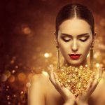 Do gifts of gold always have to be jewellery and coins? We say no! We found some unique and very creative gifts that incorporate the precious metal. Unlike conventional jewellery, these gifts are different. Such as fine bone china with gold plating, eclectic jewellery and luxurious gold face masks. Read on to find more recommendations for amazing and unconventional gold items that will make great gifts.