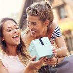 10 Rekomendasi Kado Unik untuk Sahabat untuk Menunjukkan Kasih Sayangmu ke Mereka (2021)