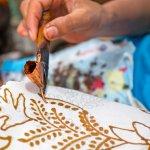 Saat ini batik sudah tersebar hingga keluar negara Indonesia. Banyak turis asing yang membawa oleh-oleh batik ke negaranya karena batik dianggap sebagai oleh-oleh yang autentik dan khas dari Indonesia. Namun, tahukah Anda bahwa batik Indonesia memiliki jenis dan motif yang beragam. Berikut beberapa motif batik menarik yang wajib Anda ketahui.