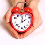 女性の誕生日プレゼントに目覚まし時計が喜ばれる理由や選び方のポイント、プレゼント金額の相場や人気の種類、体験談などをそれぞれわかりやすくまとめました。 また、誕生日プレゼントに贈るおしゃれな目覚まし時計の「ブランドトップ10」を最新版【2017年度版】としてランキング形式で紹介いたします。素敵な目覚まし時計をプレゼントとしてお探しの際に、ぜひ参考にしてください!
