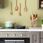 Punya dapur minimalis tetapi ingin terlihat mengesankan? Kamu bisa hias dapurmu dengan aneka aksesori rekomendasi kami. Bukan sekadar bisa mempercantik dapur, aksesori ini juga bermanfaat untuk urusan memasak.