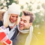 年に一度のクリスマス、張り切ってプレゼントを探している女性も多いのではないでしょうか。こちらの記事では、40代の男性に喜ばれるプレゼントについて、選ぶポイント、人気のアイテム、予算相場を【2019年度 最新版】人気プレゼントランキングとあわせて紹介しています。さらに、ロマンティックなクリスマスデートのアイディアや、プレゼントと一緒に贈れば差のつくメッセージのアイディアも盛り込んでいます。ぜひ今年のプレゼント選びの参考にしてください。