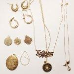 Kebanyakan kaum hawa menyenangi benda-benda cantik yang berkilauan seperti perhiasan. Terbuat dari berbagai macam material mulai dari logam mulia dan bebatuan alami yang menawan, perhiasan bagi wanita juga diyakini mampu meningkatkan kepercayaan diri.