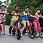 Tumbuh kembang anak biasanya diwarnai dengan keinginan mencoba hal-hal baru termasuk menjajal kendaraan yang biasa dipakai oleh orang dewasa seperti sepeda. Kegiatan satu ini memang mengasyikkan juga memiliki banyak manfaat. Kegiatan yang biasanya dilakukan di luar ruang ini memungkinkan anak Anda untuk belajar bersosialisasi dengan sekitar juga melatih sikap berani mereka.