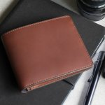 タケオキクチのメンズ財布は、どれも機能的でスタイリッシュなものばかりです。今回はそのなかでも二つ折り財布と三つ折り財布に着目し、人気シリーズの商品だけをランキング形式でまとめました。アイテムごとの魅力に加え、おすすめの選び方のポイントも詳しく解説しているので、ぜひ最後まで記事をチェックして好みのメンズ財布を探してください!