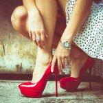 Penampilan wanita akan lebih sempurna dengan sepatu yang keren dan cantik. Tak mengherankan jika model sepatu juga menentukan tema penampilan. Semakin mahal harga sepatu, maka penampilannya pun biasanya semakin mewah.