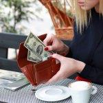 実用的でスタイリッシュな財布は、さりげないおしゃれを演出するのにぴったりのアイテム。ポールスミスのレディース財布は、高い実用性やデザイン性に加え耐久性にも優れていて、多くの女性から支持されています。そんなポールスミスの財布の中でも特に人気のものをランキング形式でご紹介します。選ぶ際のポイントもチェックして、数あるアイテムの中からお気に入りを見つけてください。