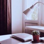 Lampu belajar adalah salah satu elemen penting untuk menunjang aktivitas belajar dan juga bisa digunakan saat bekerja. Perhatikan pemilihan lampu dengan baik dan ketahui jenis lampu yang tepat digunakan untuk ruangan. Cek tips dan rekomendasinya berikut!