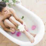 保湿入浴剤は、お風呂につかりながら肌のケアができる便利なアイテムです。今回は、編集部がwebアンケートの結果などをもとにして選んだ、保湿入浴剤を扱う人気ブランドをランキング形式で紹介します。たくさんの人から注目を集めるブランドの情報や選び方のヒントなどをチェックして、自分にぴったりな保湿入浴剤を見つけましょう。