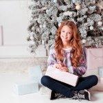 中学生の彼女に喜んでもらえるクリスマスプレゼントの人気10アイテムを【2017年度最新版】ランキング形式で紹介いたします。  中学生の彼女がプレゼントに貰って嬉しいアイテムといえば、文房具やアクセサリーなど様々なものがありますが、プレゼント選びの失敗しない選び方のポイントや予算や相場などをわかりやすくまとめました。ぜひ素敵なプレゼント選びにご活用ください!