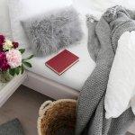 Bantal bukan hanya berfungsi untuk menyangga kepala saat tidur. Saat ini fungsi bantal juga sudah bergeser dan bisa melengkapi dekorasi rumah. Misalnya bantal bulu untuk mempercantik sofa atau area keluarga sebagai kenyamanan menonton TV. Itu menyapa banyak bantal unik yang sering membuat kita tergiur ingin memilikinya.
