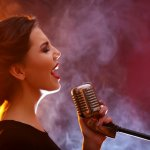 Kamu Suka Bernyanyi? 10 Tips Ini Bikin Suaramu Semakin Bagus Tanpa Fals saat Menyanyi