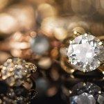 Perhiasan sudah jamak menjadi barang yang sangat berharga sejak dahulu kala. Pada beberapa perhiasan tersebut ada perhiasan-perhiasan khusus yang memang lebih tinggi nilai dan kualitasnya sehingga menyebabkan harganya pun yang jauh berbeda dengan perhiasan-perhiasan biasa lainnya. Apa saja itu? Mari simak ulasan BP-Guide berikut ini.