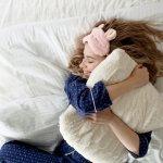 「忙しくて睡眠時間が取れない」と悩む彼女や、「熟睡できない」と悩む妻や母の誕生日には、安眠グッズのプレゼントがおすすめです。今回は、彼女・妻・母の誕生日プレゼントに人気の安眠グッズを【2020年度 最新版】としてランキング形式にまとめました。寝付きが悪い場合は、寝る前にリラックスできるアロマグッズや光を遮るアイマスク、熟睡できない場合は、首にフィットする枕や肌触りのいいパジャマなどがおすすめです。ぜひ参考にご覧ください。