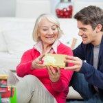 Natal merupakan momen spesial yang patut dirayakan oleh seluruh anggota keluarga. Di momen seperti Natal, memberi hadiah sudah menjadi sebuah ritual yang wajib ada untuk menambah kebahagiaan di tengah keluarga. Tapi, tidak hanya keluarga inti saja lho yang perlu diberi hadiah. Jika Anda sudah berkeluarga, pastinya juga perlu memberikan hadiah kepada mertua agar lebih disayang. Nah, di sini ada beberapa ide menarik pilihan hadiah untuk ibu mertua. Baca sampai habis, ya.