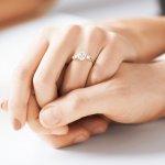 彼女に贈るおしゃれな婚約指輪ブランド【2019年最新版ランキング】をご紹介します。婚約指輪の素材として最も人気のあるプラチナは、白銀色が美しく、石本来の色を引き出してくれるので、どの宝石とも相性が良いとされています。ゴールドの人気も高く、中でも暖かみのある黄色味が特徴のイエローゴールドはダイヤモンドとの相性が抜群です。ぜひ参考にしてください。