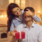 Trong hôn nhân, quà tặng được xem là cách hữu hiệu để giữ lửa và giúp tình cảm vợ chồng thêm khắng khít. Không chỉ vợ, mà những người chồng cũng rất mong chờ được tặng quà vì điều này thể hiện được rằng vợ rất quan tâm và yêu thương mình. Tuy nhiên, tặng quà cũng là một nghệ thuật, người làm việc trong các lĩnh vực khác nhau cũng cần tặng quà theo cách khác nhau. Bài viết hôm nay sẽ giới thiệu đến bạn 10 món quà tặng chồng công sở ý nghĩa (năm 2021), nếu chồng bạn làm việc văn phòng, hãy tham khảo ngay để chọn được món quà phù hợp tặng anh ấy nhé!
