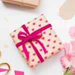 大学生の女性の誕生日には、どんなプレゼントを贈ればいいのか迷ってしまいますよね。今回は、大学生の女性が喜ぶ誕生日プレゼントのアイデア35選をお届けします!プレゼントを選ぶときのコツや、どんなときに使うものを贈るかなど、詳しくお伝えしますのでぜひ参考にしてください。相手の女性のことを考えながら、素敵なプレゼントを贈りましょう!