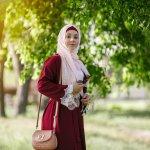 Tren baju muslim memang tidak ada hentinya dan akan terus memiliki model yang baru setiap tahunnya. Desainer fashion muslim juga berlomba-lomba untuk bersaing hingga ke kancah dunia. Selain desainer, para selebgram yang kerap menampilkan gaya berpakaiannya juga ikut andil membuat baju muslim dikenal dunia.