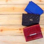 女性へのプレゼントとして人気が高い財布ですが、その中でも三つ折り財布はコンパクトで可愛いのでよく好まれます。喜んでもらうためにも、ハイセンスなものを贈るようにしましょう。そこで「2019年最新情報」として、おすすめのレディース三つ折り財布を紹介しますので、ぜひ参考にしてください。