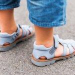 Begitu banyak jenis alas kaki untuk buah hati kita. Sebenarnya, kita butuh lebih dari sepasang alas kaki untuk anak. Ini karena alas kaki tentu wajib dipilih sesuai aktivitasnya. Untuk sekolah, anak akan butuh sepatu. Untuk santai di rumah, anak bisa memakai sandal. Nah, kalau untuk berlibur, Anda bisa pilih sepatu sandal. Ini adalah alas kaki yang tidak mudah lepas saat digunakan karena ada tali atau karetnya di bagian belakang tumit. Yuk, cek rekomendasinya dari kami!