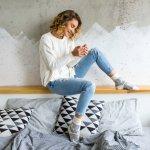 Sweater putih bisa jadi salah satu  fashion item keren untuk dikenakan di berbagai musim, lho. Selain terlihat bersih, warna putih juga bisa disandingkan dengan warna pakaian yang lain. Cek saja rekomendasi sweater putih dan tips untuk mengenakan baju putih dari BP-Guide berikut!