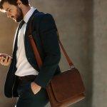 ビジネスマンの必須アイテムであるビジネスバッグは、働く男性へのプレゼントに人気のアイテムです。今回は、そんなビジネスバッグの中でも3~5万円台で購入可能な人気のブランドを【2020年最新版】ランキング形式でご紹介します。男性へのプレゼントでブランドビジネスバッグを選ぶ際のポイントは、素材と形状、年齢に合ったブランドを選ぶことです。このような上手な選び方もまとめていますので、ぜひプレゼント選びの参考にご覧ください。