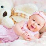 Bila berbicara tentang kado untuk bayi, mainan mungkin menjadi salah satu benda yang dijadikan pilihan. Padahal ada banyak barang yang lebih berkesan untuk dihadiahkan selain mainan, terutama bagi bayi perempuan. Lantas, apa saja kado yang cocok diberikan untuk bayi perempuan? Yuk, simak rekomendasinya berikut ini!