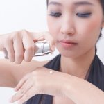 Primer atau base makeup adalah salah satu kunci agar riasan tetap bisa bertahan dalam waktu yang lama dan membuat wajah terlihat lebih segar. Kalau Anda ingin menggunakan makeup primer yang sesuai, Anda bisa cek tips dan rekomendasinya berikut!