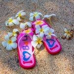 Kalau sedang berada ke Bali, kamu tidak perlu bingung membeli oleh-oleh. Di sini tersedia beraneka macam oleh-oleh yang menarik dengan harga yang bervariasi. Salah satunya adalah sandal bali. Banyak tempat di Bali yang bisa dikunjungi untuk mendapatkan sandal bali yang cantik dan unik.