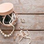 Bagi seorang wanita, tampil tanpa perhiasan akan terasa kurang. Perhiasan seperti kalung memang tergolong bagian dari aksesori yang bisa menunjang penampilan seseorang. Maka dari itu wanita akan selalu merasa tampil lebih lengkap jika sudah mengenakan perhiasan.