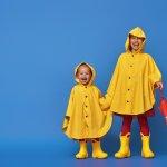 Saat musim hujan, kesehatan anak akan mudah terganggu. Siapkan jas hujan khusus untuk si kecil agar aktivitasnya tetap bisa berjalan lancar di tengah hujan. Melalui artikel ini, BP-Guide akan memberikan rekomendasi jas hujan anak yang lucu dan berkualitas untuk menjaga si kecil dari air hujan yang bisa mengancam kesehatan mereka.