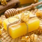 Madu memang dikenal punya banyak khasiat. Apabila biasanya Anda menggunakan madu untuk dikonsumsi, kini Anda bisa menggunakan madu dari luar untuk mendapatkan khasiatnya. Caranya yakni dengan menggunakan sabun madu. Mau tahu apa manfaat dari sabun berwarna kuning keemasan dan aroma lembut ini? Baca selengkapnya di artikel BP-Guide