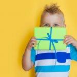 Menjelang hari ulang tahun si jagoan kecil, orang tua pasti sibuk menyiapkan kado untuknya. Jangan sembarang memberi kado, pastikan kado buat anak cowok kesayangan bisa mendidik sekaligus menghibur. Simak rekomendasi kado apa saja yang bisa kamu berikan padanya melalui artikel BP-Guide berikut ini.