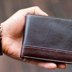 品質の高さとハイセンスなデザインが魅力的なバーバリーのメンズ財布は、長年世界中の人から愛されてきました。この記事では、様々なデータをもとに厳選したバーバリーのメンズ財布をランキング形式で紹介しているので、とくに人気のある商品を知りたい人は必見です。それぞれのシリーズの特徴や選び方のポイントを押さえて、理想の財布を見つけてください。