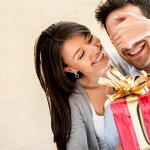 जब आप उस व्यक्ति से शादी कर लेते हैं जिसके पास सब कुछ है, तो उसके लिए एक सालगिरह का उपहार खोजना कठिन हो सकता है। लेकिन डरे नहीं  -  हमारी विशाल सूची में से अपना उपहार चुने जो आपके पति के चहरे पर मुस्कान लाएगा।