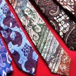 Cinta tanah air bisa dibuktikan salah satunya dengan menggunakan produk dalam negeri seperti misalnya yang menggunakan kain batik  Agar penampilan terlihat beda dan menarik, cobalah memakai dasi bermotif batik.