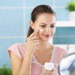 Moisturizer sangat penting untuk menjaga kelembapan wajah dan kesehatan kulit. Kalau ingin merawat kulit dengan baik, kamu tentu harus mengetahui jenis pelembap yang tepat dan produk yang sesuai dengan jenis kulitmu. Simak tips dan rekomendasi moisturizer dari BP-Guide berikut!