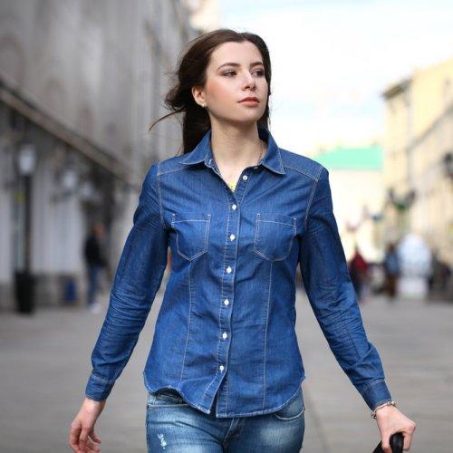 7 Gaya Pilihan Atasan Jeans Untuk Wanita Yang Fashionable (2018)