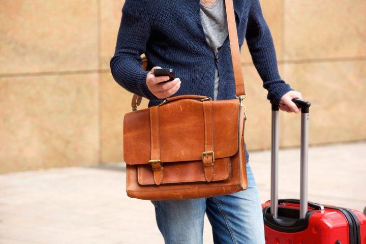 レザーのショルダーバッグが男性に大人気!トレンドのデザインに注目!