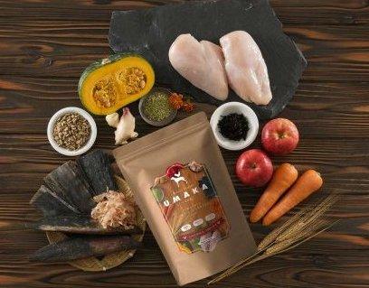 水たき料亭「博多華味鳥」が厳選素材で作ったプレミアムドッグフード「UMAKA」の開発秘話に迫る|トリゼンダイニング株式会社