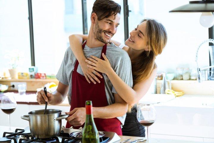 おすすめペアエプロンギフト2021!仲良しカップルには特別感のある名入れが大好評!
