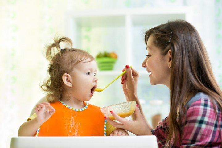 出産祝いのプレゼントに人気のエプロン12選!食事用のドレスエプロンなどをご紹介