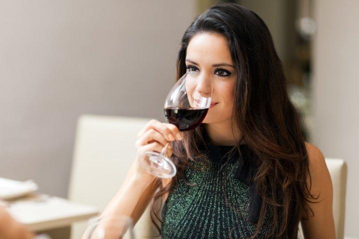 彼女や妻に人気のお酒ランキングTOP10!シャンパンなどのおしゃれな女性の誕生日プレゼント特集