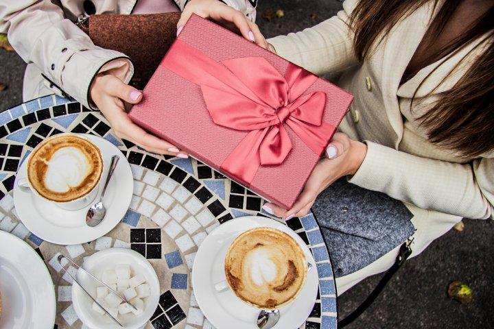 20代・30代・40代の社会人の女友達に喜ばれる誕生日プレゼント特集!人気ランキングやメッセージ文例も紹介